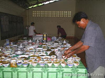 อาหารหวานคาวที่ญาติโยมนำมาทำบุญ